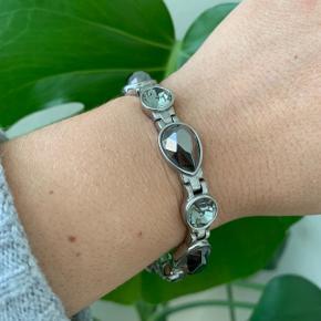 Smukt armbånd fra Dyrberg/Kern med facetslebne sten. Aldrig brugt.  Nypris 800 kr. Mp 350 kr.