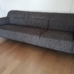 Lækker komfortabel sofa i stilrent design - i den gode ende af brugt. Ingen pletter eller huller. Farve: grå meleret Mål: Længde - 227 cm Højde - 76,5 cm Bredde - 87 cm Siddehøjde - 41 cm Siddedybde - 58,5 cm