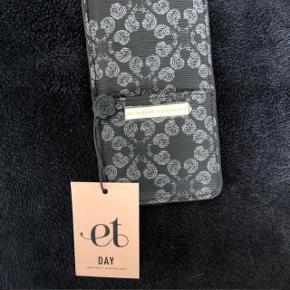 """Rigtig flot DAY BIRGER ET MIKKELSEN phone """"case"""". Den passer til de fleste telefoner, bare ikke en IPhone 8+. Er helt ny og aldrig brugt!"""