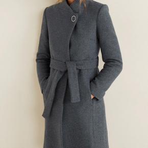 Super fin og varm vinter frakke. Aldrig brugt. Kan fittes af en S.   Byd ✨