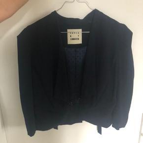Flot jakke i mørk blå farve. Brugt max 5 gange