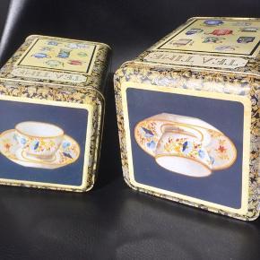 Sælger to skønne engelske tedåser med flotte motiver af gamle tekander.   De er meget fin stand uden buler og ridser  Stor 15 cm høj - pris 40kr Lille 12,5 cm høj - pris 30kr  Fragt 37kr med DAO
