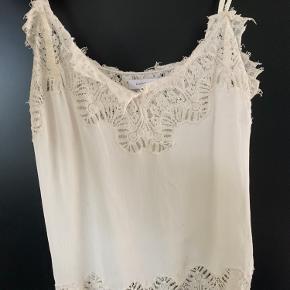 Hvid, sød top med revet blonder fra Second Female - brugt få gange   Køber betaler selv fragt