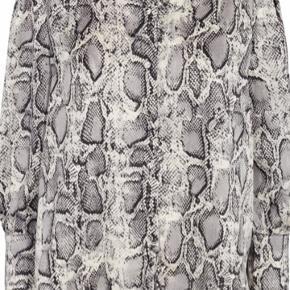 Smuk  Grey Snake print skjorte fra Liberte. 100 % polyester. Modellen hedder Henrietta-Blouse.