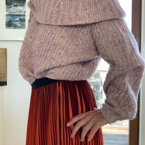 Cosy kabelstrikket sweater til regnfulde efterårsdage - eller med din yndlingsnederdel og et par stiletter til fest!