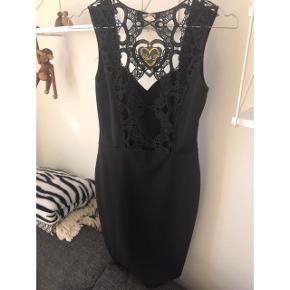 Sort kjole med flot ryg str xs  Afhentes i Glostrup eller sendes (38kr) 📦 Se flere ting på min profil - følg gerne 🌼🐝