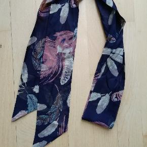 Smalt langt tørklæde med mønster Kan også bindes om håret og bruges som hårbånd Jeg har 2 stk. 20 kr. pr. stk.