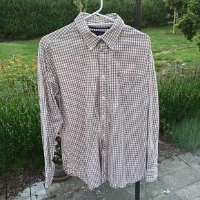 Vintage Tommy Hilfiger skjorte i en størrelse large. Skjorten er i fin stand. Vil vurdere den til at fitte M-L. Byd.