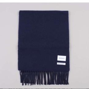 Norse Projects scarf i navy.  150 cm x 30 cm.  - ubrugt med tags på. - 80 % uld 20 % nylon - prisen er fast  - tjek også mine andre ting