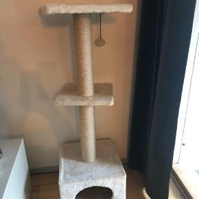 Flot kattetræ sælges da vores kat desværre er for stor til det.
