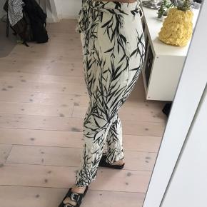 Flotte bukser fra Zara med tryk. God stand!   Pris: 200 kr  BYD GERNE  Tjek også mine andre varer☺️💐🌞