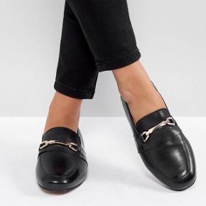 Læder loafers i wide fit str 39. De er brugt en gang, men sælges da de er lidt store i størrelsen - en str 40 vil muligvis også kunne passe dem.