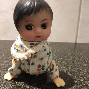 Den sødeste lille kravledukke fra ca 1960 erne ,længde 12 cm højde 12 cm,hun er med fast nøgle under maven og hun virker ,hænder og fødder er hård plast ,hoved er i blødt gummimateriale .hun er så fin 🥰sender gerne mod betaling af porto