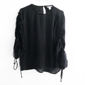 H&M trend sort bluse med snørre ved ærmerne  størrelse: 36   pris: 100 kr   fragt: 37 kr