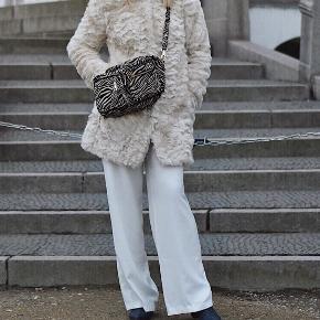 Lysebeige / råhvid faux fur frakke i størrelse small. Brugt én gang. Bytter ikke :)