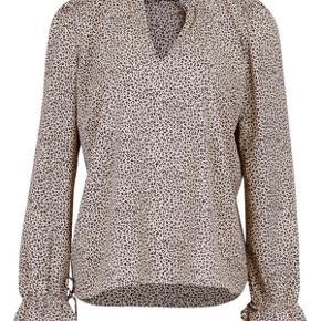 Skjorte fra Neo Noir, mega sød med en lille top under. Søde detaljer i form af sløjfe ved håndleddene Skriv endelig for flere billeder