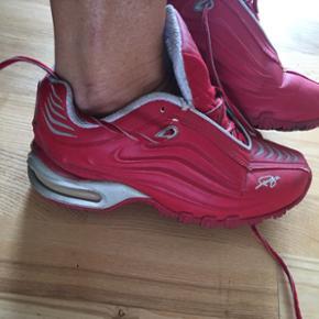 Fubu sko str 36, der er små brugsridser hvor farven er gået af, men kan dækkes med rød skosværte😊 Pris 60 kr pp 38 kr med dao🌞