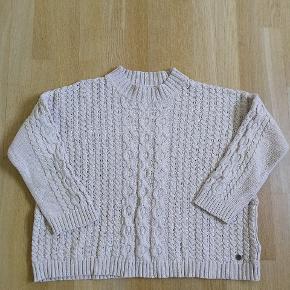 Lækker sweater fra Pulz i 100% bomuld. Den er lidt oversized og har 3/4 ærmer.