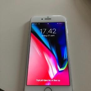 IPhone 8 64 gb i hvid Købt hos Call me, kvittering medfølger   Mekanisk fejler den intet, fungere som ny, og batteriet holder stadig som nyt.  Den har fået en ridse bagpå, og en lille bitte en foran. Det er ikke en flænge eller noget om man kan ikke mærke den.  Ellers fejler telefon intet og siderne er pæne.  Fast pris.  Oplader, høretelefoner og kvittering medfølger