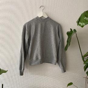 Tætsiddende sweatshirt fra NA-KD ✨  NB: Prisen er fast & eksl. fragten.  Tager derfor ikke i mod bud.