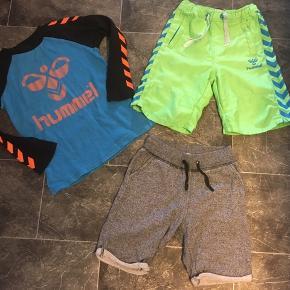 Hummel Str 110  Bluselængde 45cm Badeshorts har hul ved lomme bagpå.  H&M shorts følger bare med.   Gls 35kr