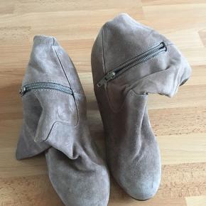 Flotte beige støvler/ støvletter med lynlås på indersiden. Brugt 2-3 gange.