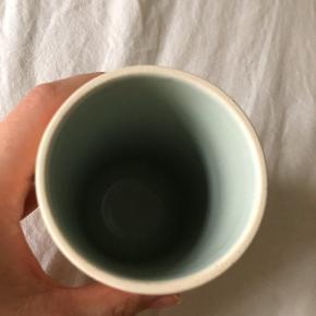 Kähler love song vase, H12,5cm  Har mindre skrammer, som jeg har taget billeder af, derfor den billige pris.  Nypris 200kr, køb nu for 70kr!