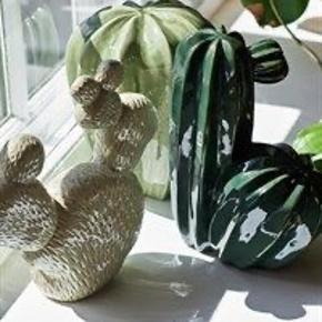 HAY porcelæns kaktusser. I pæn stand. Nypris pr. stk. kr. 549,- Kr. 175,- pr. stk. eller alle 3 for kr. 400,- 6700/Rørkjær