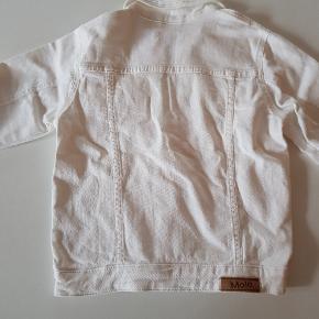 Hvid denim jakke med knappelukning og frontlommer. Str 176. Har været vasket men ikke brugt. Længde ca 51 cm. Bredde ca. 44 cm. Nypris 600 kr.   Køber betaler evt porto. Dao 37 kr.