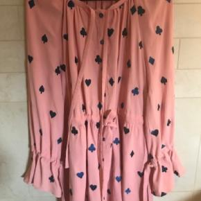 Den smukkeste bluse, som jeg desværre er vokset ud af.. Har du den i en større str, lad mig endelig vide. Ellers byd gerne, hvis du vil eje denne smuksak ☺️🌺