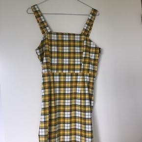 Flot ternet gul kjole  Aldrig brugt  Sidder tæt