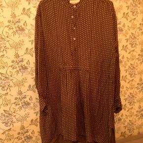 Super fin kjole/tunika fra Ganni i en fin brun farve med hvide/creme blomsterdetaljer. Har lidt en 70'er vibe 🐻
