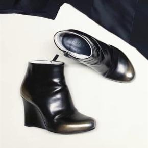 Varetype: Støvler - Jil Sander Wedges Farve: Sort Prisen angivet er inklusiv forsendelse.  Smukke, sorte støvler med kilehæl i distressed look. Super feminine og rå på samme tid.  Str. 39, brugt 2-3 gange. Ingen synlige brugstegn eller ridser på hælene.  Bytter ikke.   Nypris 5200,-