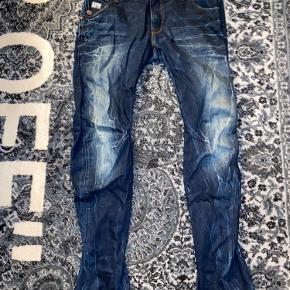 Beskrivelse: Jeans i super høj kvalitet  Informationer📝  Model/mærke: G-star Raw👖  Størrelse: 34/34📏  Stand: VNDS - kun prøvet på✨