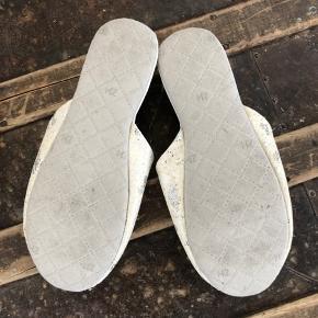 Fine slippers, hjemmesko fra Zara Home. Nummer 38/39 - derfor er der skrevet 38,5 Dejlig bløde  Min fod måler 24,3 cm og bruger normalt en 38. Derfor er de lidt for store til mig.  Bytter ikke