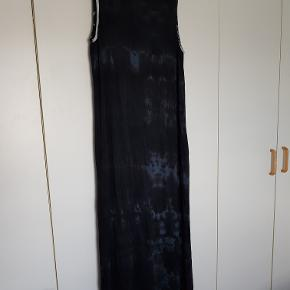 Dejlig, superbehagelig maxi-kjole med tie-dye effekt. Brugt nogle gange, men i absolut fin stand. 97% viscose, 3% elasthan. Bryst: ca. 2 x 55 cm + stræk, længde fra skulder og ned ca. 112 cm.