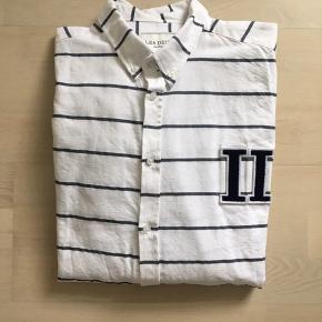 Pæn skjorte, sælges billigt pga. lidt slid/huller (1 bagpå og to foran)  Huller kommer efter skjorten har siddet fast i vaskemaskinen..  Str L  Se mange flere annoncer på profilen