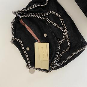 Rigtig velholdt Stella Mccartney Falabella taske. Brugstegn ses ved kæderne, hvor den hænger på skulderen ellers er der ingen brugstegn, pletter etc. Kommer med bon og dustbag. Jeg tænker en pris på 3000 kr., men byd.