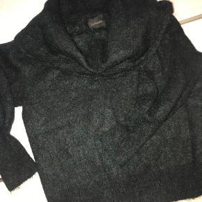 Varetype: Bluse Farve: Mørkegrøn Oprindelig købspris: 1000 kr.  Style Beverly Pullover i en smuk grøn farve. Billede 2 er farven på blusen så det første billede kan man ikke regne med farven. Blusen er aldrig brugt eller vasket. Kraven kan sættes ned omkring skulderne. 28% mohair/ 28% uld/ 42% nylon/ 2% spandex. Bytter ikke!