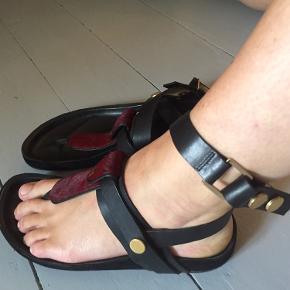 Multifunktionelle Malene Birker skin sandaler, kan bruges med eller uden rem, som klip klap, remmen kan klikkes af og sidder på med guld trykknap. Tager også PayPal