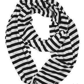 Infinity tørklæde i sort/hvid 100% polyester  Bredde: 48 cm  PRISER ER INKL. LEVERING I DK  ¤¤¤ PRISEN ER FAST ¤¤¤