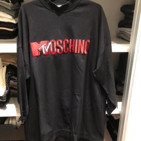 Oversized sweat/kjole  Brugt et par gange - ser helt ny ud  Moschino fra H&M   Køber betaler fragten