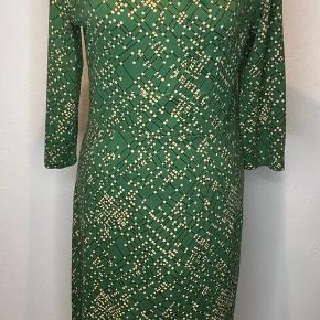 Dejlig flot kjole med mange detaljer. 95% viskose og 5% elastan.