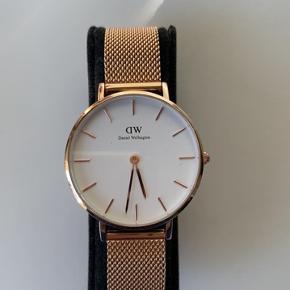 Vildt flot DW ur, som kun er brugt meget få gange og dermed fremstår super fint. Æsken medfølger selvfølgelig også🌻