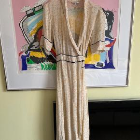 Sommerlig slå-om kjole fra Ganni Længere bagtil end fortil