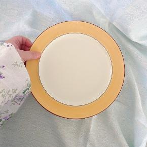 Fine retro tallerkner fra kløverblad - prisen er pr. Stk.  Diameter: 24, cm.