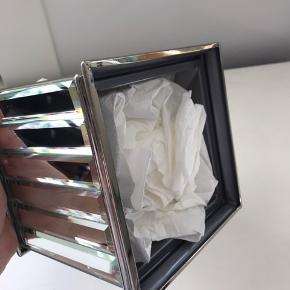 Fin beholder til servietter. Jeg har bare kommet alm servietter i når jeg ikke lige havde fået købt den kleenex boks der passer til...  fieldcrest luxury tissue cover 15x15x15cm