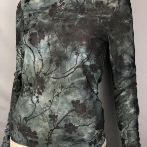 Virkelig fin bluse fra Y.A.S. Prøvet på et par gange, men aldrig brugt. Fitter en S/M