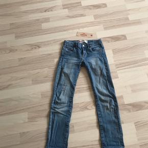 Hey sælger mine super lækre Levis jeans.  Brugt 2-5 gange Fejler INTET! medfølger et Levis-hang-tag Købt i sommeren 2018  Str 10 år/146. Lidt stor i str så fitter mere 152-160