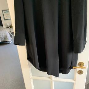 Super cool overdel/kjole/tunika fra other stories. Den har den fineste udskæring og sidder super godt. Brugt 2 gange